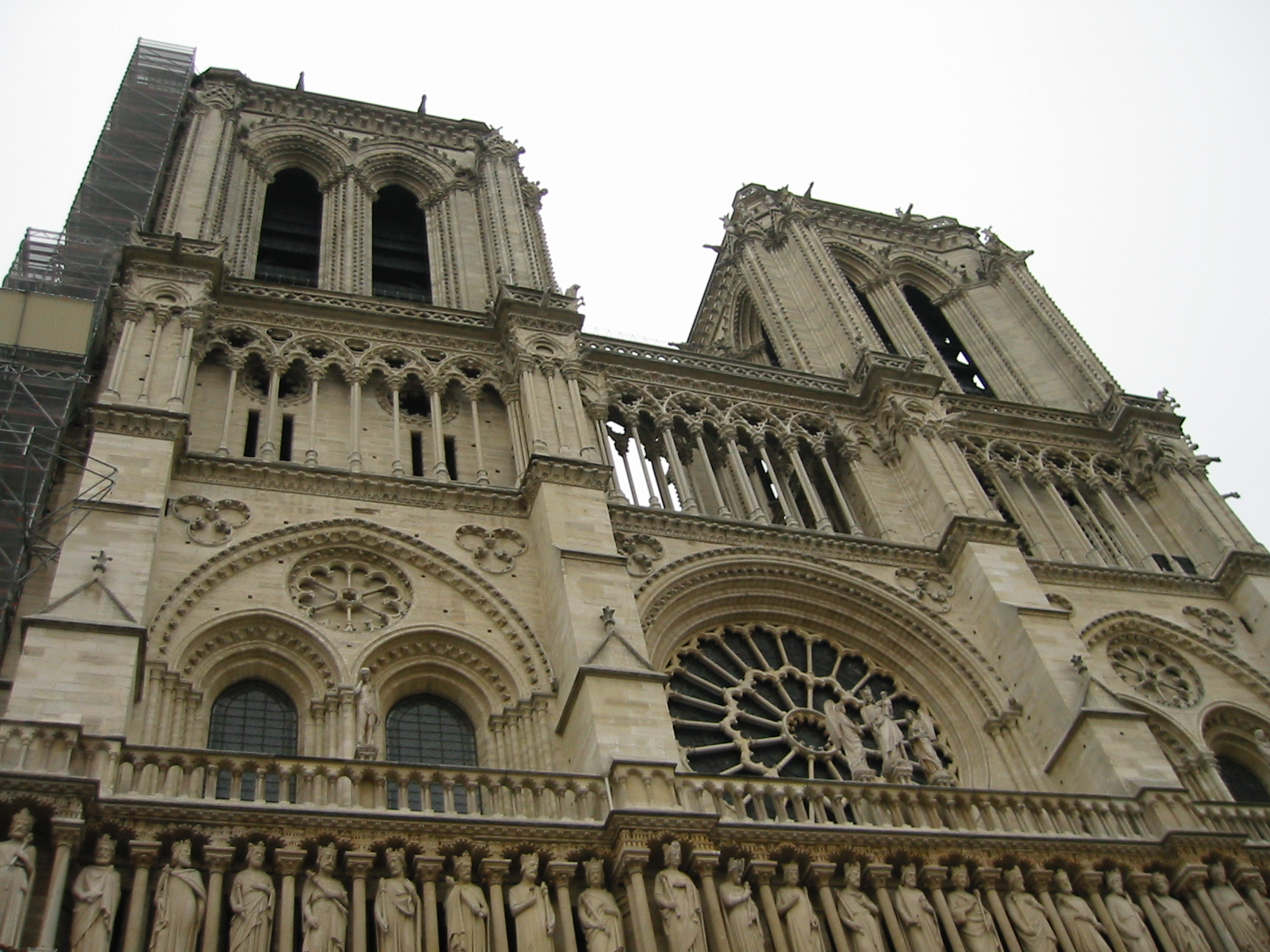 how to get to notre dame paris by metro